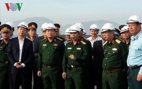 Minister inspects dioxin decontamination at Da Nang airport hinh anh 1