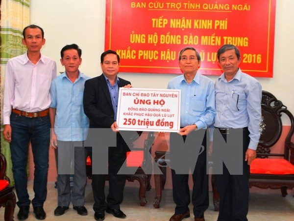 Flood victims in Quang Ngai receive financial aid hinh anh 1