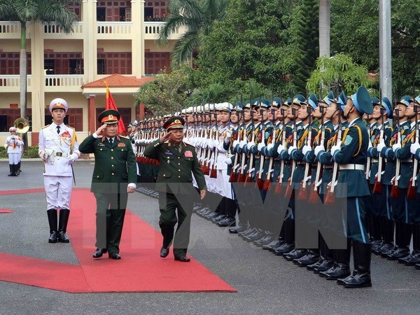 Vietnamese, Lao defence ministers sign 2017 cooperation deal hinh anh 1