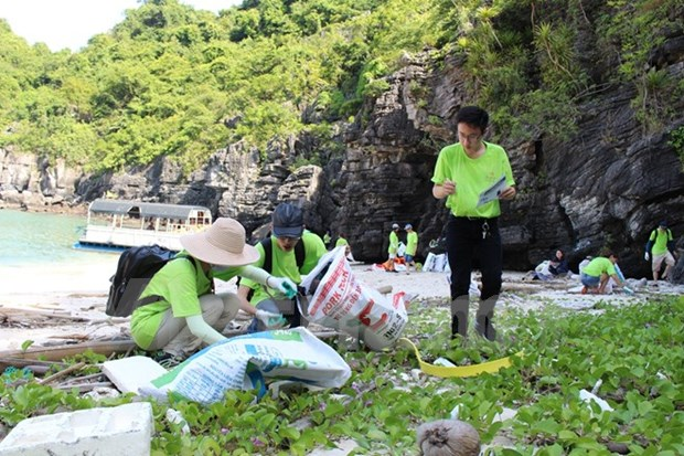 Clean-up campaign launched for green Ha Long Bay hinh anh 1