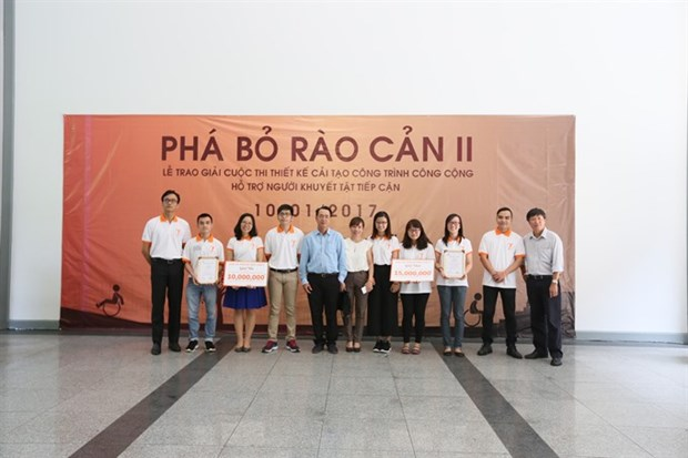 Students win first prize in Breaking Down Barriers contest hinh anh 1