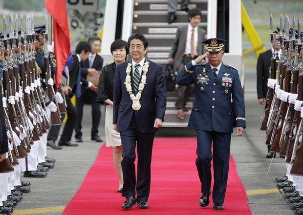 Japanese Prime Minister Shinzo Abe visits Philippines hinh anh 1