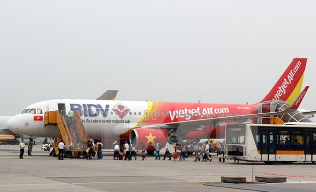 Viejtet reduces night flights' ticket price by 40 percent during Tet hinh anh 1