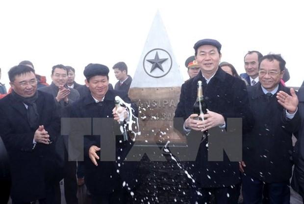 President attends flag hoisting ceremony on Fansipan peak hinh anh 1