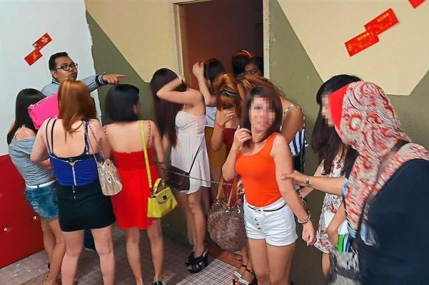 Malaysian police arrest 56 foreign women in raid hinh anh 1