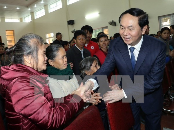 President presents Tet gifts to disadvantaged residents in Nghe An hinh anh 1