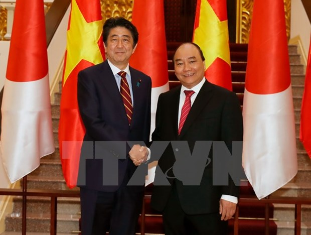 Vietnamese, Japanese PMs agree to elevate ties during talks hinh anh 1