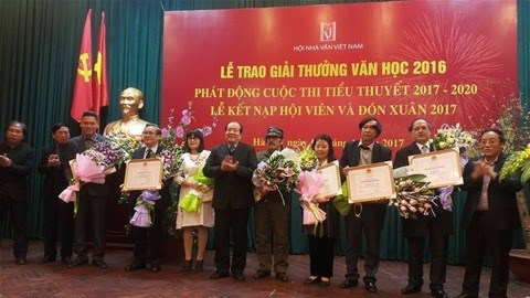 Writers, poets, translator win 2016 literature awards hinh anh 1