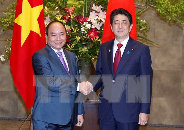Japanese PM's Vietnam visit looks forward to stronger all-around ties hinh anh 1
