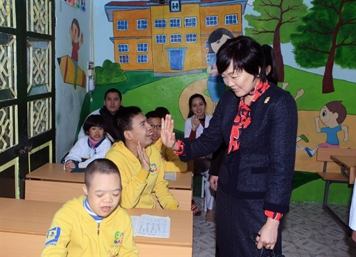 Japan PM's spouse visits children with disabilities in Vietnam hinh anh 1