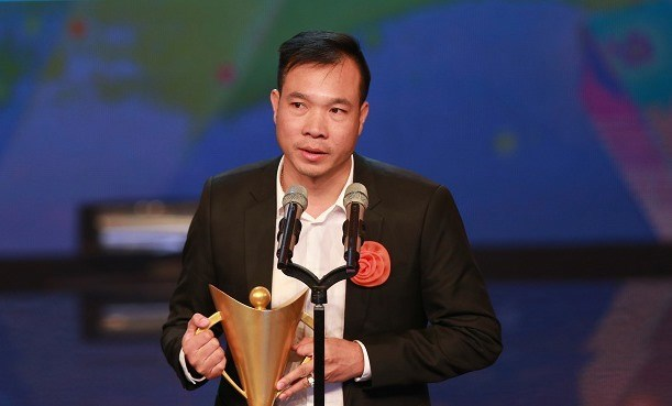 Hoang Xuan Vinh receives Cup of Victory as best athlete hinh anh 1
