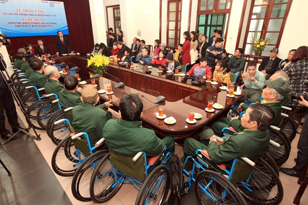 Wheelchairs given to war invalids, disabled people hinh anh 1