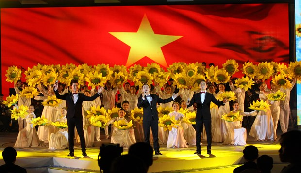 Art programme welcomes OVs to homeland spring hinh anh 1