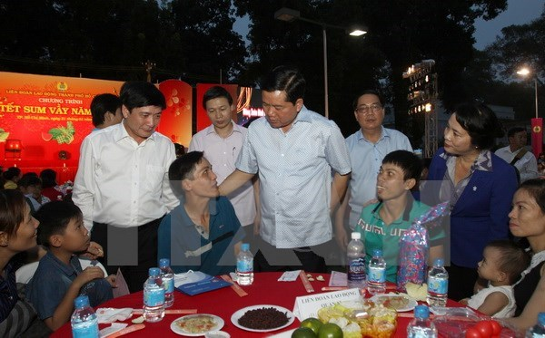 Labour federations assist poor workers ahead of Tet hinh anh 1