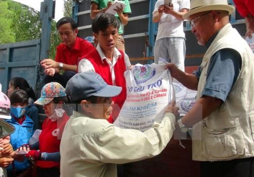 Poor people in Quang Binh, Soc Trang receive rice for Tet hinh anh 1