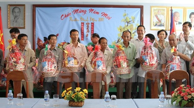 Viettel gives Tet present to needy Vietnamese in Cambodia hinh anh 1