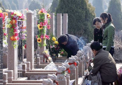Tomb-sweeping tradition observed in Vietnam hinh anh 1