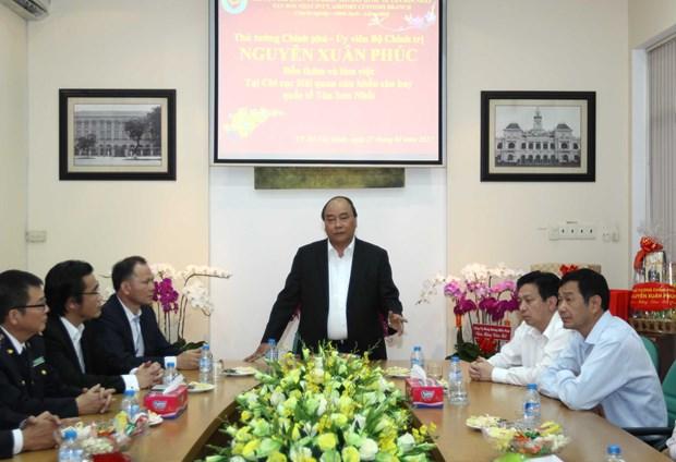 PM examines customs activities at Tan Son Nhat airport hinh anh 1