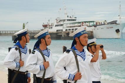 Soldiers silently safeguard Truong Sa archipelago hinh anh 1