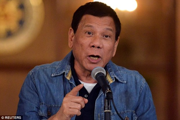 Duterte tells US not to store weapons in Philippine military camps hinh anh 1