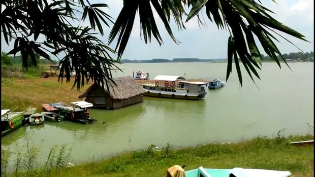 Peaceful beauty at a southern lake hinh anh 1