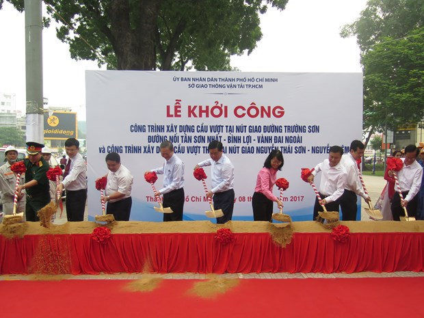 HCM City builds flyovers to deal with traffic congestion hinh anh 1