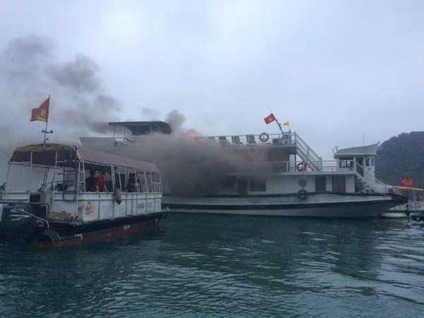Quang Ninh suspends tourist boat fleet after fire hinh anh 1
