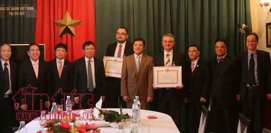 Czech promoters of Vietnamese culture honoured hinh anh 1