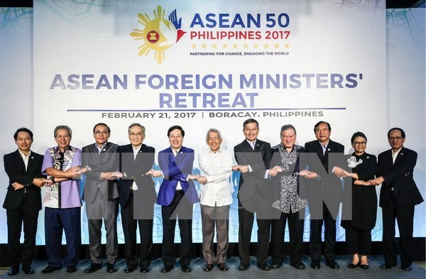 Foreign ministers agree to turn ASEAN into example of regional organisation hinh anh 1