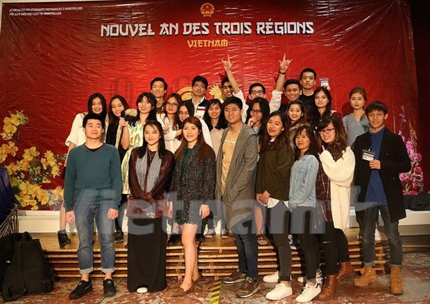 Vietnamese students in France celebrate Lunar New Year hinh anh 1
