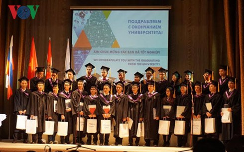 Vietnamese students granted nuclear technology certificates hinh anh 1
