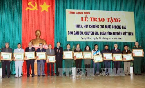 Lang Son: Volunteer experts honoured with Lao orders, medals hinh anh 1
