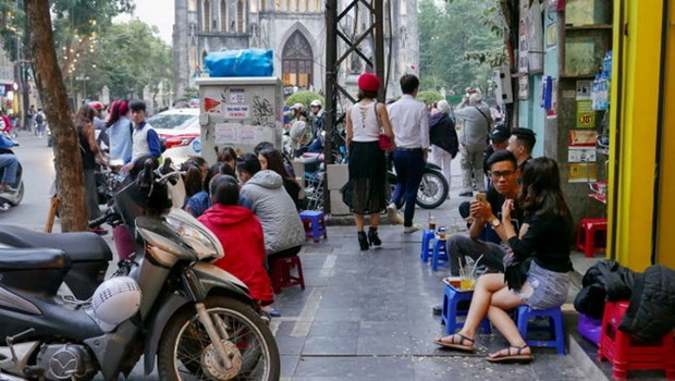 Hanoi to clear sidewalks of cars, beer joints hinh anh 1