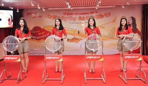 Vietjet's passenger wins a one-kilogram golden aircraft hinh anh 1