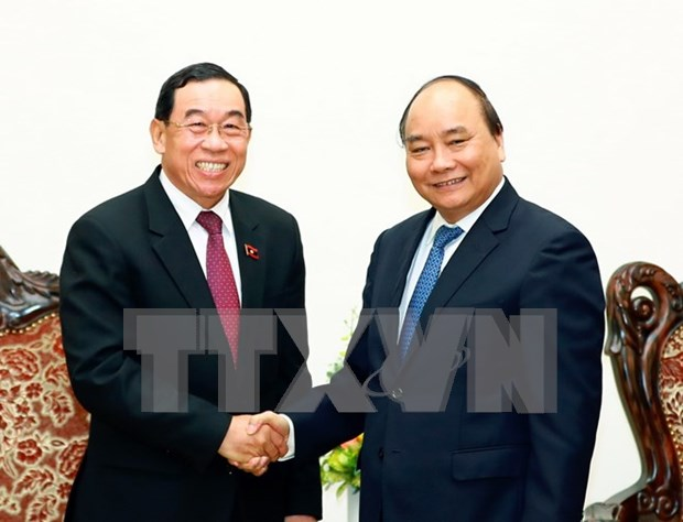 PM promises support for Laos in developing transport hinh anh 1
