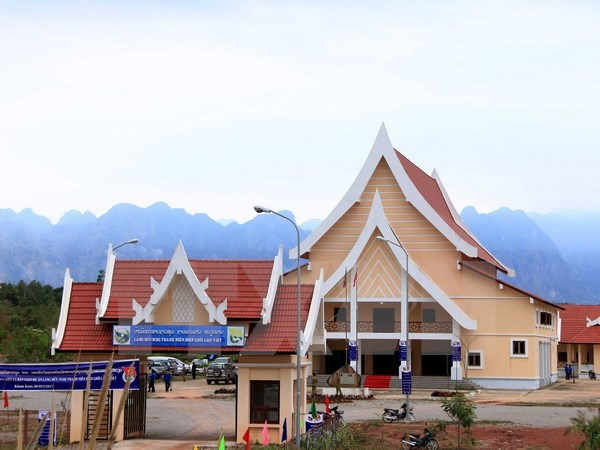 Border youth friendship village handed over to Laos hinh anh 1