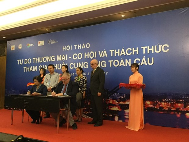 Experts urge firms to enter supply chains hinh anh 1