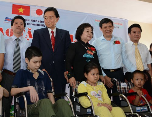 Former Japanese PM presents wheelchairs to Vietnamese disabled hinh anh 1