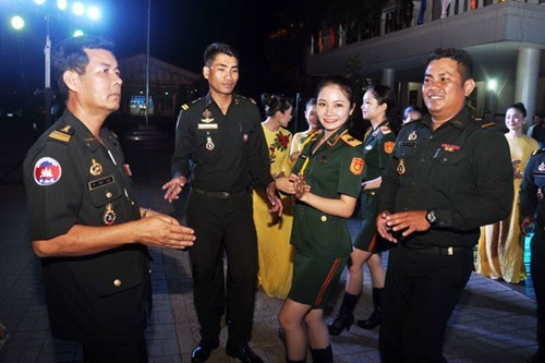 Vietnamese, Cambodian young military officers strengthen ties hinh anh 1
