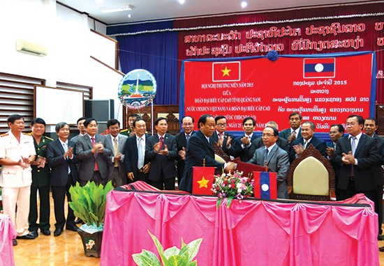 Quang Nam works with Lao province to protect forest hinh anh 1