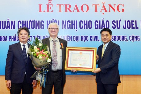 French professor receives Vietnam's Friendship Order hinh anh 1