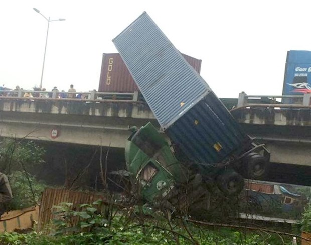 Four road accidents leave 8 dead at weekend hinh anh 1