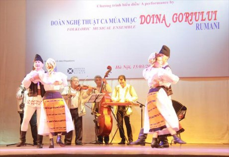 Art troupe helps promote Vietnam-Romania cultural exchanges hinh anh 1