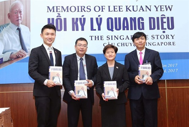 Lee Kuan Yew memoirs launched in Vietnamese hinh anh 1
