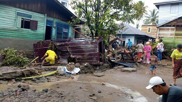 Five killed, hundreds displaced in flash floods in Indonesia hinh anh 1