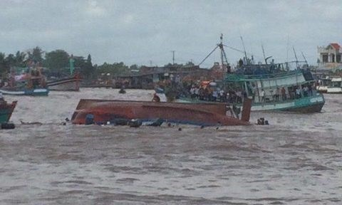 Boat capsizes, 2 killed in Nghinh Ong fest tragedy hinh anh 1