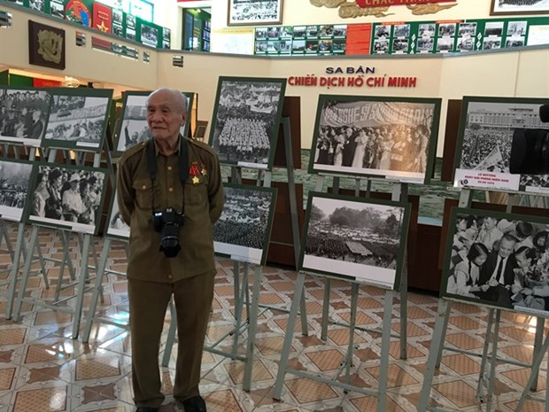Photo exhibition celebrates Liberation Day hinh anh 1