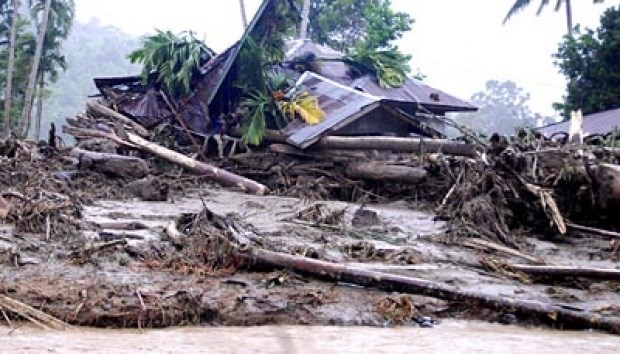 Flash floods in Western Indonesia kill two, quake hits Philippines hinh anh 1