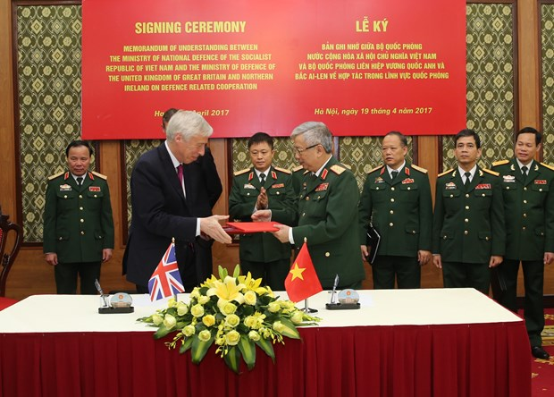 Vietnam, UK boost defence cooperation hinh anh 1