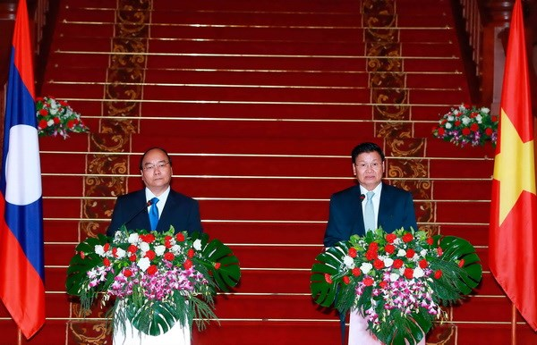 Vietnamese, Lao Prime Ministers agree to lift ties hinh anh 1